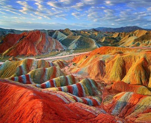 Natura ne rezerva de multe ori surprize incredibile.  Descopera Muntii colorati din China!