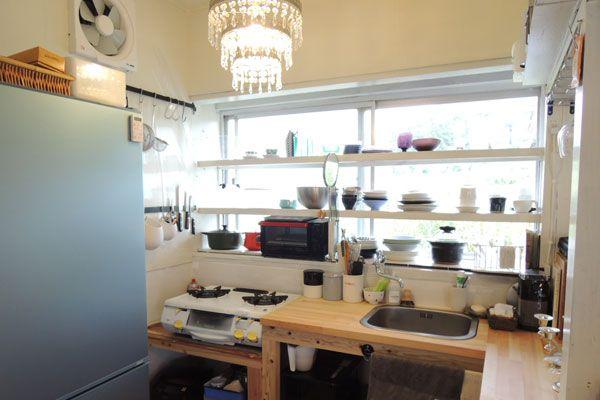 【画像6】もともとあった出窓の棚には白いペンキを塗って食器棚に。大工さんに作ってもらったキッチンカウンターの下部には扉をつけずに湿気対策。(写真撮影:アポロ計画)