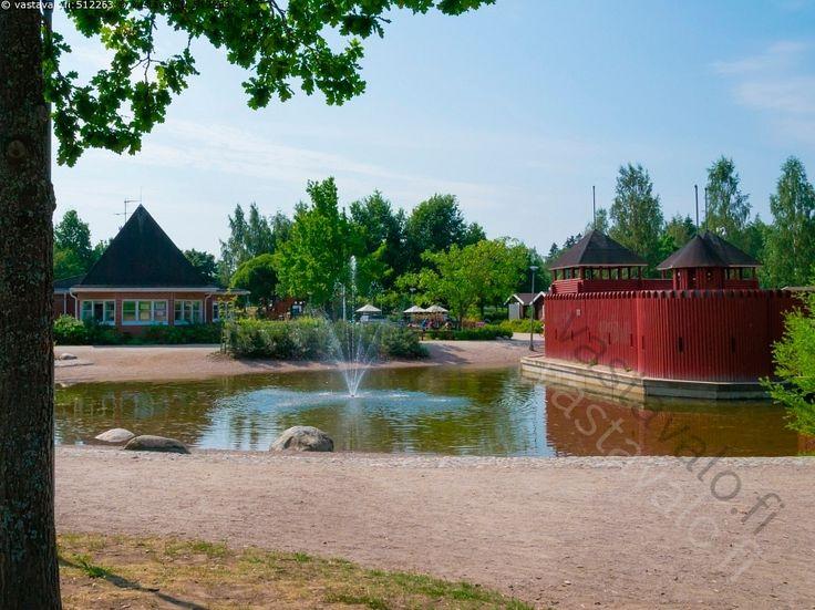 Launeen perhepuisto on tunnettu matkailukohde. Leikkipuistossa on useita liukumäkiä ja kiipeilytelineitä. Alueelta löytyy myös Punainen linnake vallihautoineen. Perhepuistossa on myös vesileikkeihin soveltuva allas sekä virtaava puro. Puistossa voi myös varata mökkejä ja grillejä aukioloaikojen aikana.