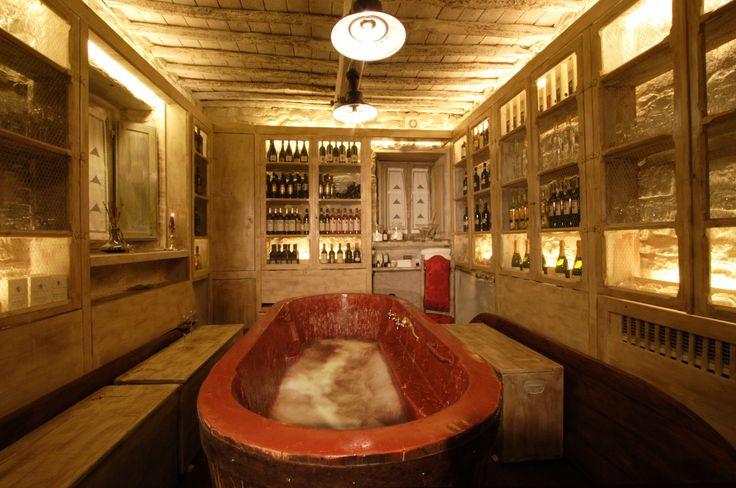 Castellare de' Noveschi - stanza con vasca riempita di vino Solo su http://selection.corriere.it/ fino al 24 luglio 2013.