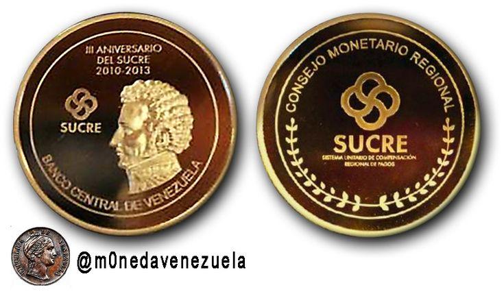Medalla Conmemorativa del Tercer Aniversario de la creación del SUCRE (2013) En el tercer aniversario del Sucre el Consejo Monetario Regional del Sistema Unitario de Compensación Regional de Pagos presentó una Medalla Conmemorativa como un emblema del proceso de integración de América Latina. La medalla conmemorativa del Sucre fue presentada en el marco de la XXX Reunión del Directorio Ejecutivo del Consejo Monetario de la moneda regional en el que participan representantes de Bolivia Cuba…