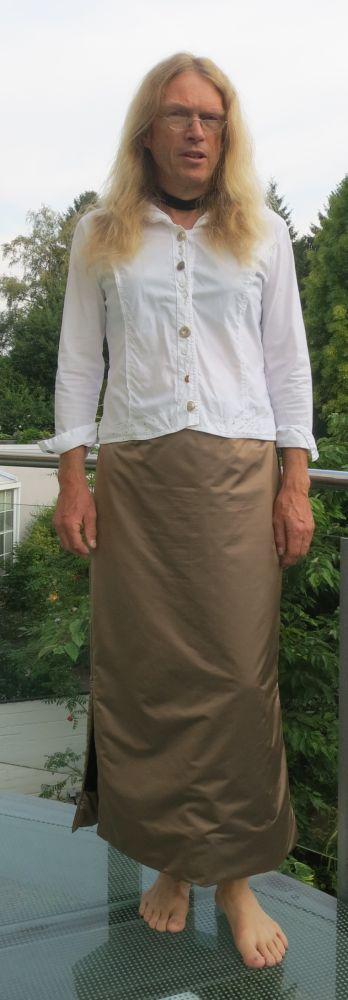 Frau Zwingt Mann Frauenkleidung Zu Tragen
