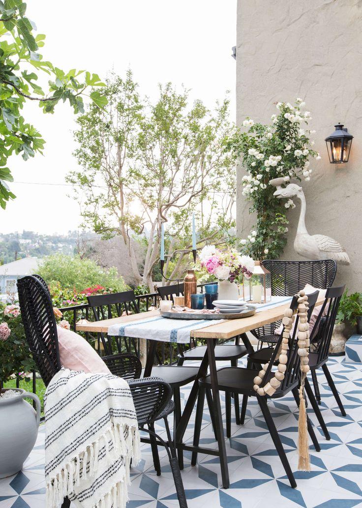 Sur la terrasse une table à manger tout confort