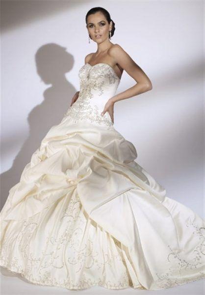 Rochie de mireasa eleganta, cu drapaje si broderie.