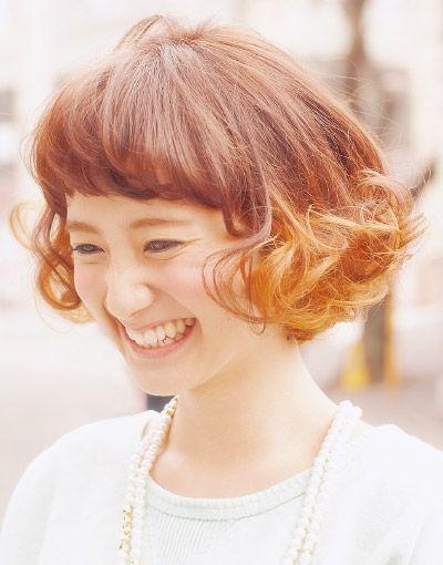 前髪にもパーマをかけたくるくるヘア♡ 参考にしたいベビーバングの髪型一覧。