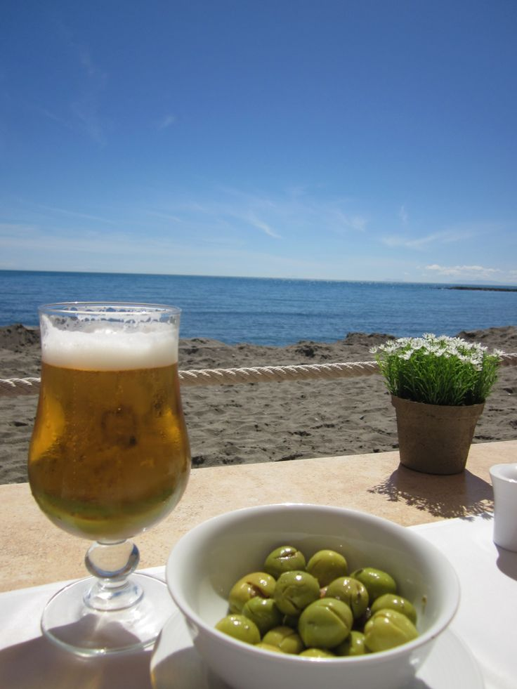 ¿Unas tapitas frente al mar? / Would you like some tapas looking at the sea?