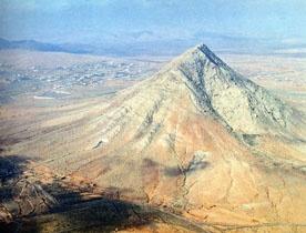 "Montaña de Tindaya en La Oliva #Fuerteventura ""TINDAYA: ¿Patrimonio 'Monumento Natural de Tindaya' o 'Monumento a La Tolerancia'?"" por Gustavo A. Luis [+ info] http://goo.gl/NIiqK"