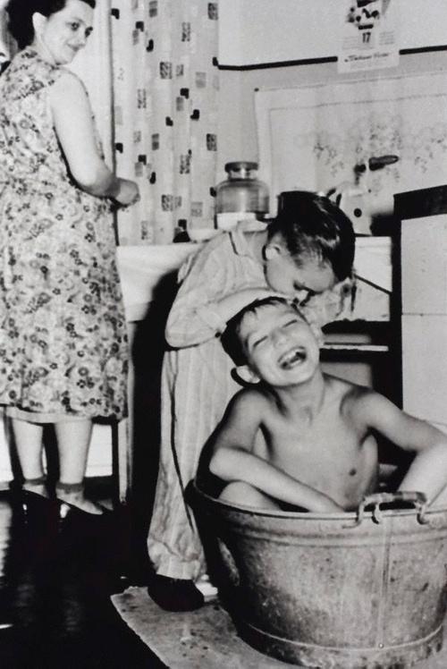 Elke vrijdag moesten we in de zinken teil, tot we groot genoeg waren om zelf te douchen.