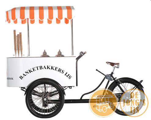 Met 90 cm breed, door elke deur te fietsen. Onze ijskar met 60 liter ijs geschikt voor elk feest of evenement. Te huur via www.dejongsijs.nl