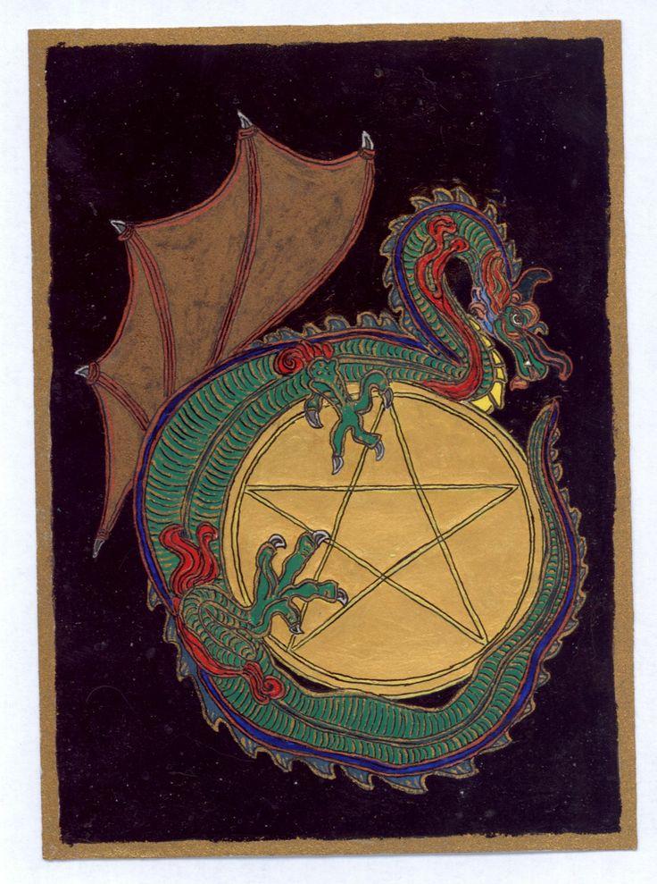 """Érmék Ásza  A szárnyas sárkány az asztrológia és alkímia emblémája. Az alkímiában az ősanyag szimbóluma. A szárnyas sárkány az illékony anyag jelképe, a szárnyatlan az állandót jelképezi. Hat különböző formája a Nagy Mű létrehozásának különböző állomásait jelképezi."""" Ezt a sárkányt 2009- ben festettem, az Érmék Ász Tarot lap ebben a formában jelent meg egyik álmomban"""