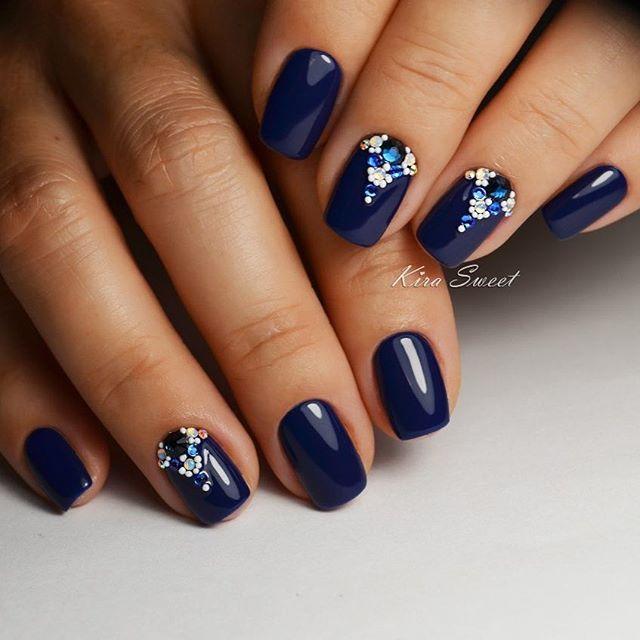 Благородный темно-синий #инкрустацияногтей синими стразами, хамелеончиками…