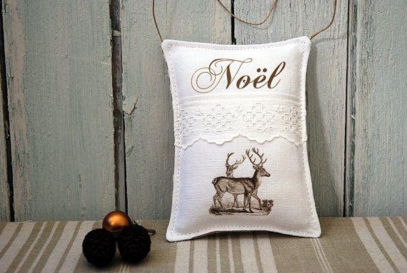 Décoration Noël: Coussin de porte Noël blanc, coussin de Noël à suspendre, ornement - motifs cerfs, broderie anglaise/  Noël Shabby chic