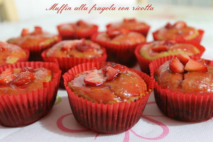 Muffin alla fragola con ricotta sono dei dolcetti davvero invitanti e irresistibili, sopratutto se decorati anche con una dolcessima glassa e pezzi di frutta fresca