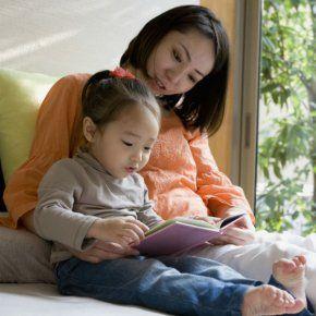 """école à la maison : une organisation qui demande de passer beaucoup de temps avec son enfant, donc de travailler moins.  Certains couples fonctionnent sur un mi-temps chacun, d'autres se répartissent les rôles (l'un travaille, l'autre reste à la maison) mais on voit aussi des solutions nouvelles se mettre en place. Par exemple, une maman salariée rémunère une maman """"homeschooler"""" pour garder ses enfants une partie de la journée. Ça oblige à bousculer les schémas et à se montrer inventifs."""
