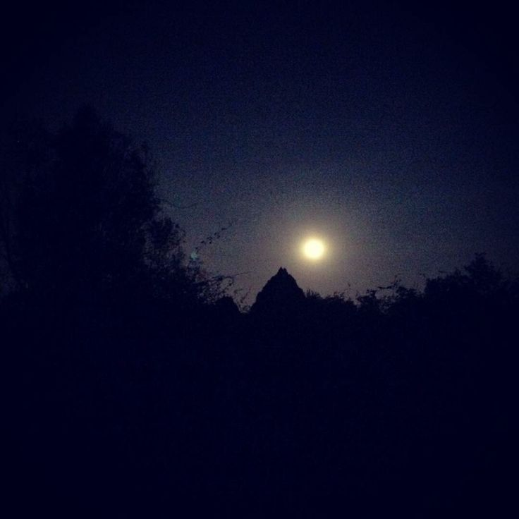 """A internauta Elisabeth Murray     enviou por WhatsApp (11) 97500-1925 sua foto da """"lua azul"""" tirada em Cotia (SP). Esta é a segunda vez que a lua aparece cheia no mês e, por isso, é chamada de """"lua azul"""". Apesar do nome, segundo os especialistas, a lua apresentou a cor azul em poucas ocasiões, por efeito de pó, cinza ou fumaça na atmosfera da Terra devido a grandes erupções vulcânicas e incêndios florestais"""