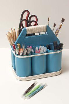Organizador de herramientas de manualidades con latas y cartón.