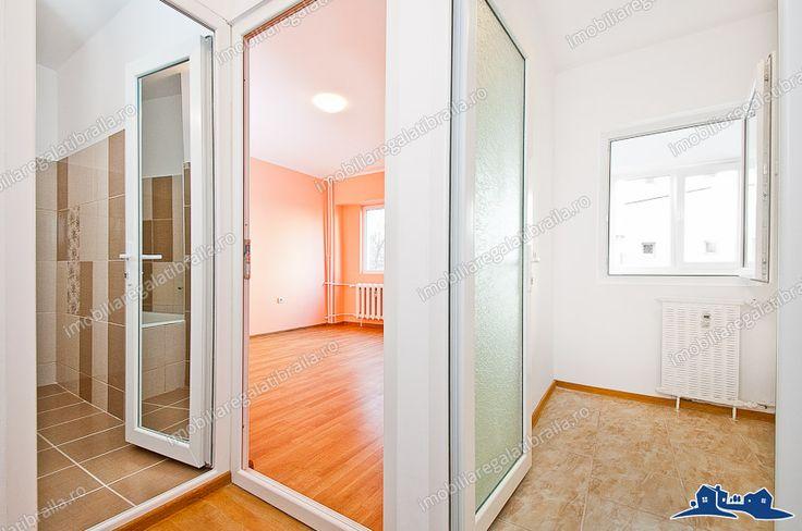 Proactiv Imobiliare va ofera oportunitatea de a achizitiona un apartament cu o camera renovat situat in Galati, zona IC Frimu!  Acest imobil este situat la etajul 1/4 al unui bloc construit dupa anul 1980.  Suprafata apartamentului este de 27 mp, are balcon din constructie, baie mare ( cu cada) bucatarie si balcon.  Finisajele sunt de cea mai buna calitate!