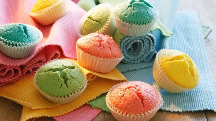 Greifen Sie tief in den Farbtopf: Bunte Muffins | http://eatsmarter.de/rezepte/bunte-muffins