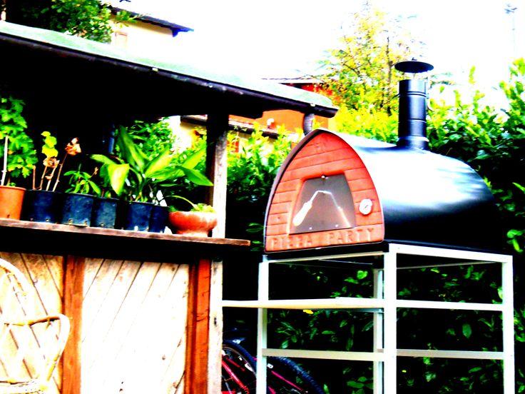 Vuoi un forno a legna per giardino? Vuoi un forno a legna da usare all'aperto per cucinare divertendosi insieme ad amici e parenti? Perché privarsi del piacere di una buona pizza cotta nel proprio forno a legna quando piove? I forni a legna Pizza Party sono altamente versatili per un utilizzo dove come e quando vuoi, per poterlo utilizzare all'aperto d'estate e al chiuso d'inverno.