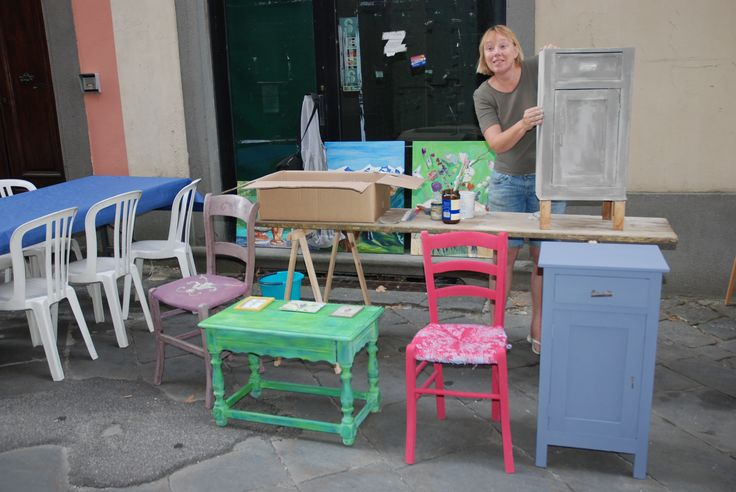 Demonstration painting in shabby chic style with Chalkpaint from Annie Sloan. Borgo a Mozzano, Lucca, Italy in august 2014
