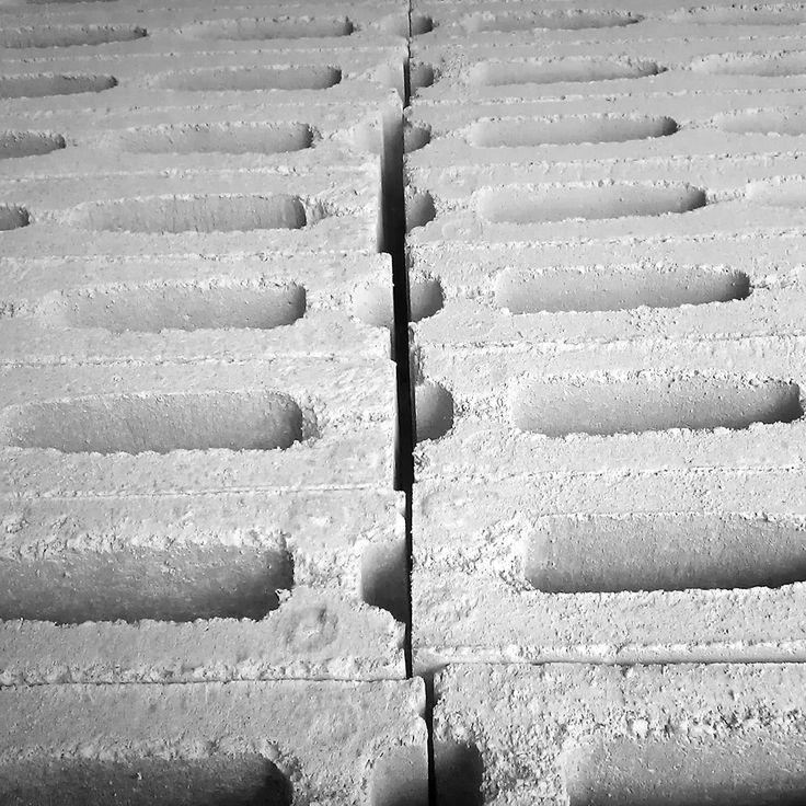 Como es lunes... traemos un patrón de bloque de hormigón, por que los lunes son tan duros como él. #patrones #tramas #geometría #materiales #texturas #hallazgos #architecture #architectureporn #architecturelovers #architecturephotography #arquitectura