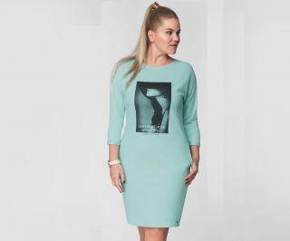 Повседневное платье в спортивном стиле. С принтом на груди. Мятного цвета.  Длина платья - 91 см.  Длина рукава - 29,5 см. Интернет-магазин женской одежды «L'Marka»