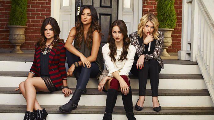 Esta serie presenta una camarilla de cinco chicas: Spencer Hastings, Hanna Marin, Aria Montgomery, Emily Fields y Alison DeLaurentis.