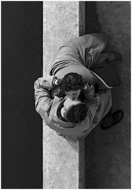 Les amoureux du Quai du Louvre, Paris, 1955. Photo: Frank Horvat.