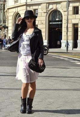 Lady and rock Último día en Barcelona  Llevo chaqueta de Zara, blusa de Lefties, falda de Pull and Bear, sombrero de Parfois, bolso de Shana, gafas Marc Jacobs y botas de Primark.