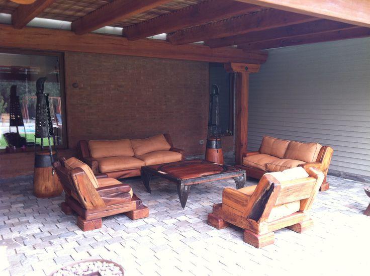 Pack de Sillones Red Wood de roble rústico con cojines de cuero natural rellenos de pluma + Mesa de Centro de roble rústico con fierro forjado reciclado + Portavelas esquineros