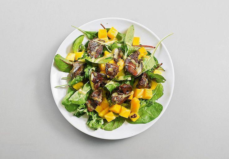 Салат с манго и куриной печенью
