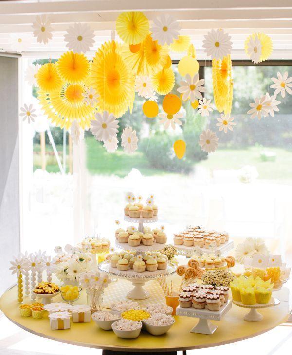 Buffet de dessert en jaune