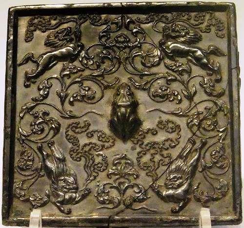 鏡の中に天平期の勢いを見る     銅鏡の中に勢いのある獅子を見た。  霊気を吐く獅子像である。ごく小さな部分を拡大しているのだが、この描写は本来の...