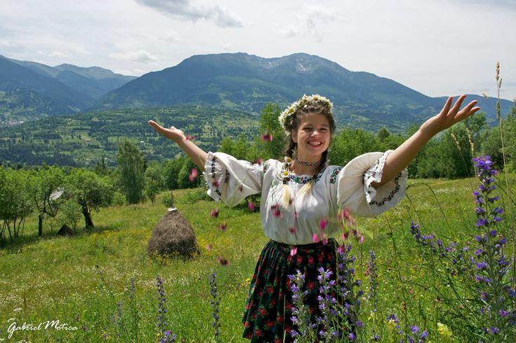 bucurIE, traditIE, copilarIE.. #romanianblouse #romaniantraditions #romanianbeauty