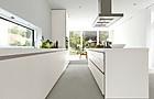 Grifflose Designküche b1 mit Insel in Weiß (bulthaup Küchen)