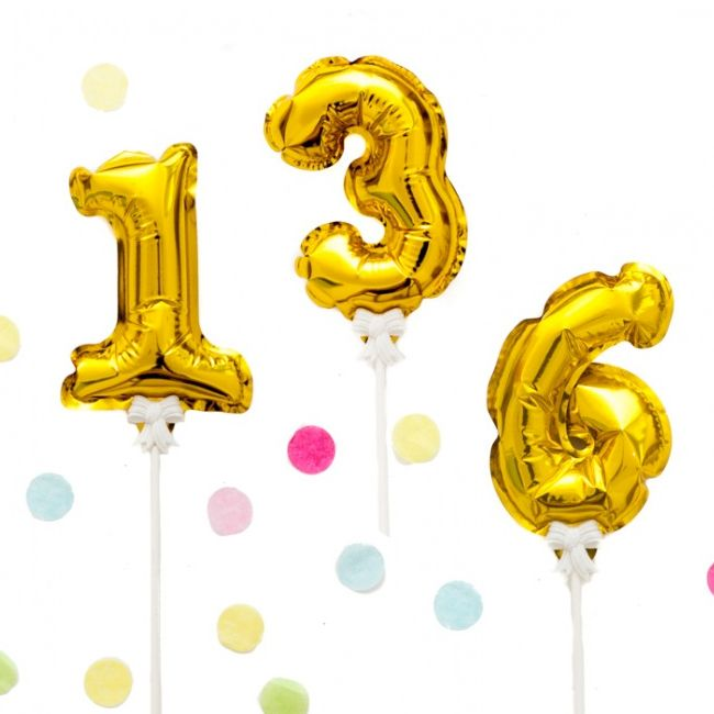 Diese niedlichen Folienballons in Gold verkünden auf zauberhafte Art wie alt das Geburtstagskind wird. Befestig ist der Zahlenballon an einem Ballonstab mit süßem Schleifchen. Durch einfaches kurzes Schütteln füllt sich der goldene...