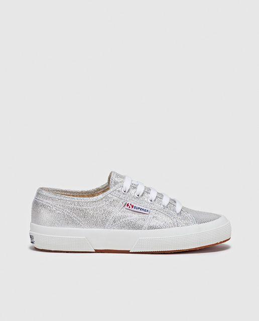 Zapatillas tipo sneakers en color plateado con cordones y suela de goma vulcanizada.