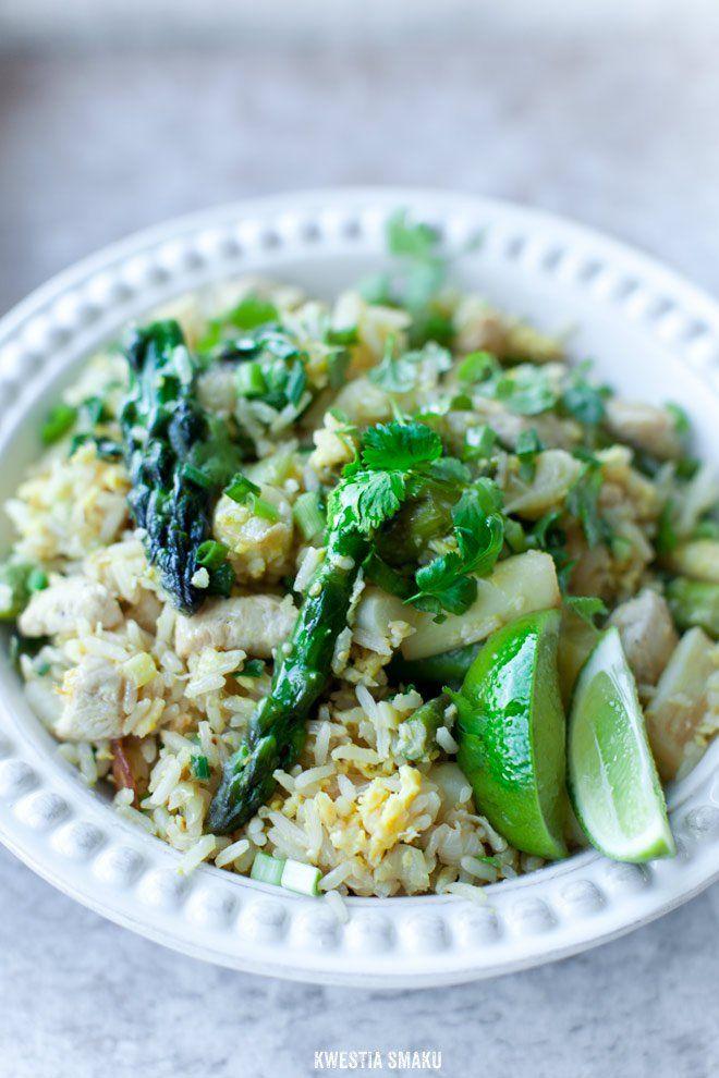 Ryż smażony z kurczakiem, szparagami i jajkiem