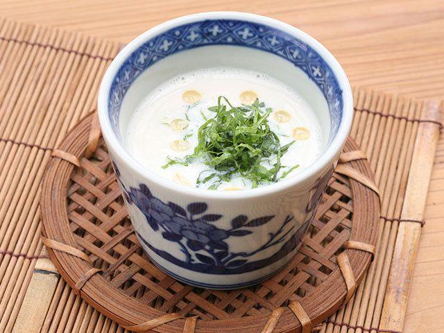 夏バテで食欲のないときにもおすすめのレシピ、大葉の香りが爽やかで喉越し良くいただける、豆腐を使った冷たいすり流しの作り方を紹介します。冷奴もおいしいけれど、食べ飽きたらぜひ作ってみて!