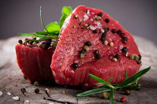 Das Filet ist das fettärmste und zarteste Fleisch des Rinds. Allerdings ist es auch am teuersten. Es wird in drei Abschnitte eingeteilt: Aus dem Filetkopf lässt sich das  Filetgulasch Stroganoff zubereiten, aber auch Steaks. Das Mittelstück lässt sich für Steaks aller Art verwenden. Das Chateaubriand, ein doppeltes Filet-Steak, das für zwei Personen reicht, wird aus dem Mittelstück geschnitten. Die Filetspitze gibt ein sehr zartes Geschnetzeltes.