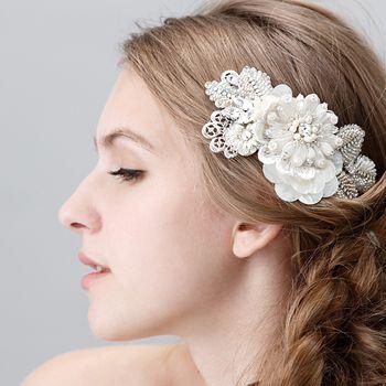 丸いひなぎくのようなフラワーモチーフのレトロモダンな雰囲気と細かいビーズ加工の リーフ部分の組み合わせが絶妙に可愛いデザインです。#wedding #bridal #weddingaccessory #bridalaccessory #bride #gardenwedding #costumejewelry #vintage #headdress #headpiece #bonnet #madeinjapan #tokyo #fashion #swarovski #crystal #pearl #tamara #citta #studiobarrack #design #ウェディング #ブライダル #ウェディングアクセサリー #ブライダルアクセサリー #ウェディングドレス #ウェディングジュエリー #結婚式 #花嫁 #プレ花嫁 #ガーデンウェディング #コスチュームジュエリー#ヴィンテージ #スワロフスキー #クリスタル #パール #25ansウェディング