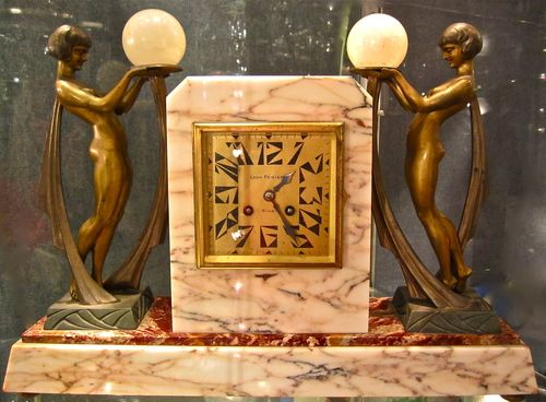 Art Deco Kamin Uhr Tischuhr mit 2 Frauenfiguren jede signiert `Limousin´, wonderful French mantle clock marble with 2 signed nude lady sculptures www.artnobilis.net