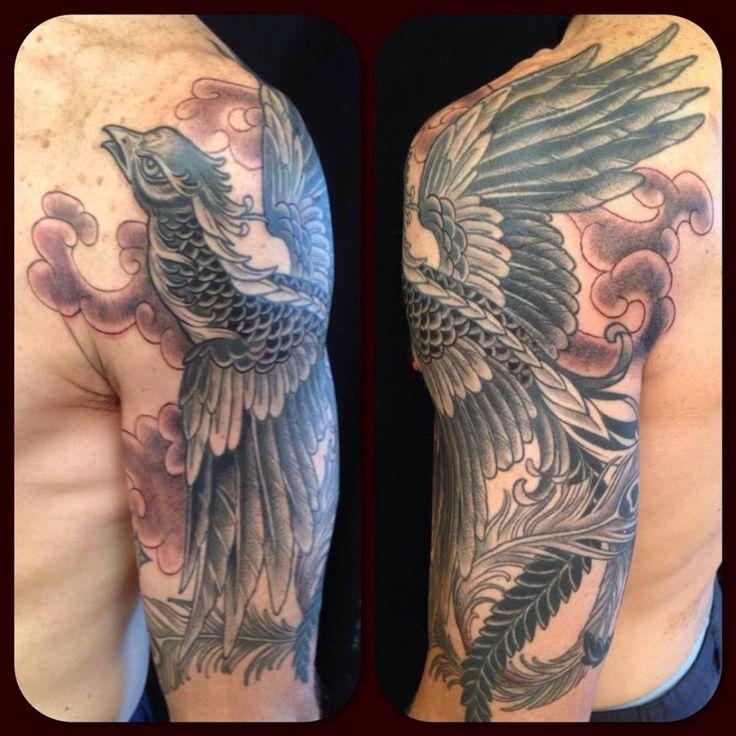 Tatuaje de un fénix que cubre el brazo y el hombro, de la mano de Kim Saigh. Artista tatuador: Kim Saigh