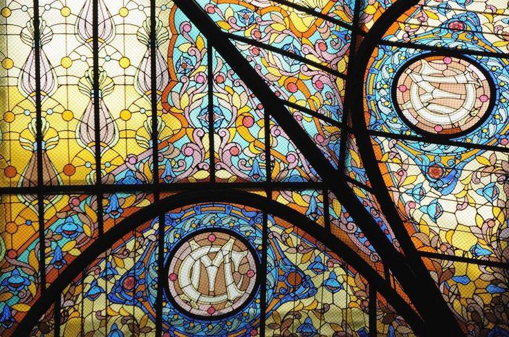 Al entrar  por primera vez en el Gran Hotel Ciudad de México, lo primero que te llama la atención es la gran escalinata y los asccensores de jaula, pero si levantas la vista descubrirás una obra de arte espectacular. En 1908, el reconocido artesano francés Jacques Gruber creó el techo tiffany glass colorido para admiración de los huéspedess visitantes a admirar.