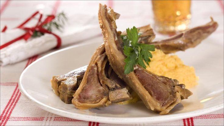Husk at pinnekjøtt er saltet og tørket/speket og må vannes ut før bruk. Kjøttet får tilbake sin naturlige væskebalanse og saltmengden reduseres. Utvanningstiden varierer litt etter hvor mye kjøttet er tørket, tykkelsen på kjøttstykkene og temperatur på vannet. Lunkent vann gir raskere utvanning. Kjøttet kan serveres med tilbehør som poteter, julepølse eller vossakorv, sennep eller kokesjy.    Tips: Serverer du kålrotstappen til pinnekjøtt, kan fløten erstattes med litt kraft fra…