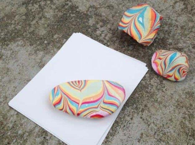 Χειροτέχνες εν δράσει...: DIY - Πολύχρωμες πέτρες με μαρμάρινη όψη με βερνίκ...