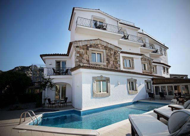 Elegante soggiorno con colazione inclusa e bicchiere di vino all'arrivo a Porto Cervo, in hotel a quattro stelle con piscina.