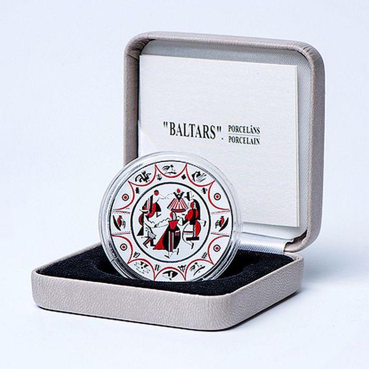 """Latvijas Banka otrdien, 9. augustā, izlaiž unikālā formā veidotu 5 eiro sudraba kolekcijas monētu """"""""Baltars"""". Porcelāns"""", kas veltīta Latvijas nacionālās kultūras…"""