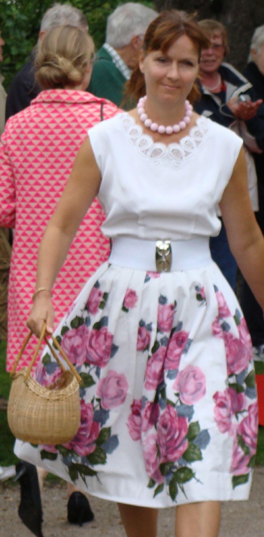 Bluse og nederdel med elastikbælte fra 1958 vist på Bratskov 2012.