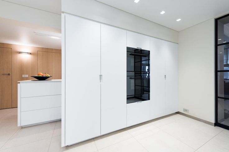 Bij hetuitbreiden van deze keuken werd voornamelijk denadruk gelegd op veel licht. De witte keuken zorgt voor een open, ruimtelijk gevoel.
